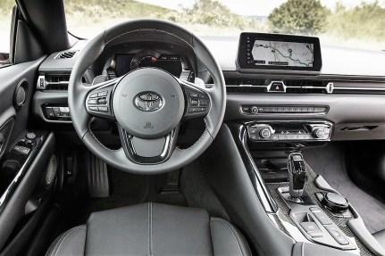 Wäre da nicht das Lenkrad mit dem Toyota-Emblem, dann hätten die Insassen kaum einen Hinweis, dass sie nicht im neuen Z4 sitzen. Sogar der BMW-iDrive-Knopf auf der Mittelkonsole wurde nicht vergessen. © Toyota