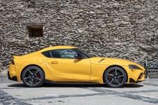 In der Seitenansicht spannt sich die niedrige Motorhaube in einer dynamischen Linie bis zum Heck. © Toyota