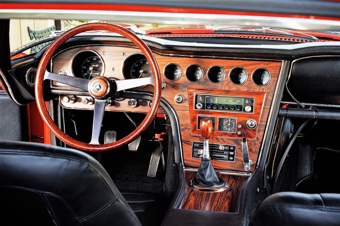 Feines Rosenholz auf dem Armaturenbrett, viel Chrom und ein Holzlenkrad: Hier sitzt man mehr an einem antiken Schreibtisch als in einem Auto. © Toyota