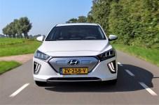 Um auch während der Fahrt Strom nachzuladen, besitzt der Ioniq vier Rekuperationsstufen, die über Schaltwippen links und rechts am Lenkrad gesteuert werden. © Hyundai