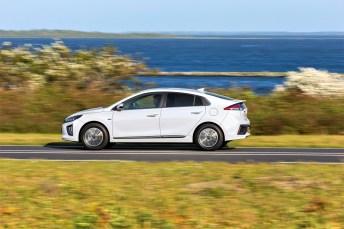 Der Ioniq sprintet je nach Fahrmodus in 9,9 bis 10,2 Sekunden auf Tempo 100 und wird bei 165 km/h abgeregelt. © Hyundai