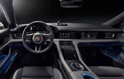 Fahrer und Beifahrer sind im Taycan durch eine breite Mittelkonsole getrennt. Dort befinden sich weder Schalter noch Knöpfe, sondern ein weiterer 8,4 Zoll großer Touchscreen. © Porsche
