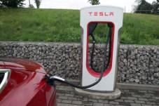Das stetig wachsende Netz der Tesla-Supercharger ermöglicht problemloses Langstreckenfahren. © Rudolf Huber / mid