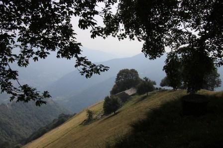Traumhaft aber karg – so präsentiert sich die Landschaft des Muggiotals beim Abstieg vom Monte Generoso den Wanderern.© Kurt Sohnemann