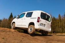 Steigungen bis zu 41 Prozent schafft der Opel Combo Allrad ohne Probleme. Auch Verschränkungen wie hier packt der Rüsselsheimer locker. © Opel