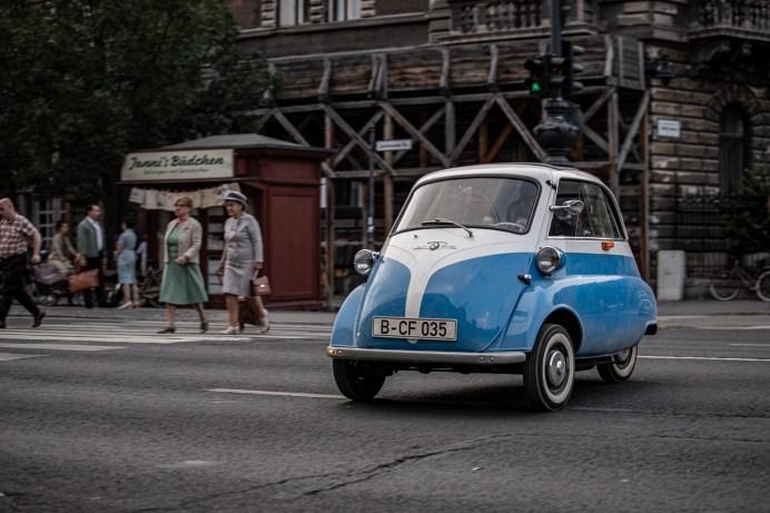 """""""The Small Escape"""" zeigt, wie aus der BMW Isetta ein Fluchtwagen wurde und wie die riskante Fahrt über den Grenzübergang gelang. Foto: BMW"""