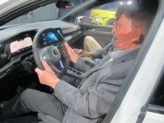 Fahrer-orientiert sind die geneigte Mittelkonsole und das Multifunktionslenkrad