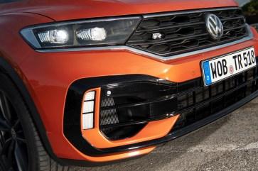 """Stoßfänger im R-Styling und Lufteinlässe mit Lamellen in Schwarz sind die typischen Insignien der leistungsstarken Volkswagen-Familie, und natürlich erkennbar ist er mit dem """"R""""-Logo im schwarzem Kühlergrill und auf der Heckklappe. © Volkswagen"""