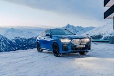 Lichtspiel: Der beleuchtete Kühlergrill sichert dem X6 auch in der dunklen Jahreszeit einen strahlenden Auftritt. © BMW