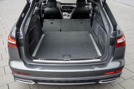 Groß ist er, der Kofferraum, schluckt im Normalzustand, also wenn das Heckrollo geschlossen ist, genau 415 Liter. © Audi