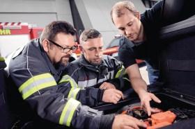 Unfalleinsatz: Für Feuerwehren ist der sichere Umgang mit Hochvolt-Teilen in Elektrofahrzeugen wichtig. © ZF Aftermarket / Nico Kleemann
