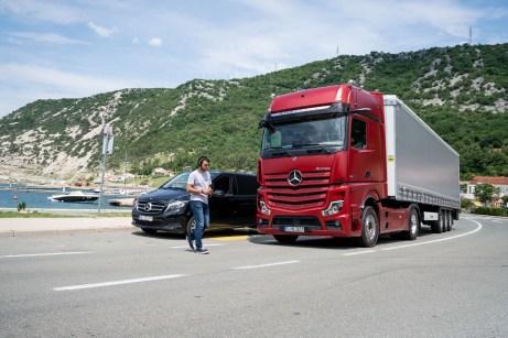 Mit dem sogenannten Active Break Assist 5 (ABA 5) bremst der LKW in Notsituationen bis zum Stillstand. Ab 2020 ist ABA 5 serienmäßig in allen Actros LKW. © Daimler