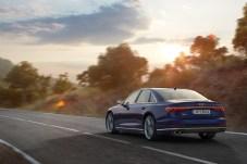 Zwei Doppelrohre und OLED-Rückleuchten dominieren das Heck. © Audi