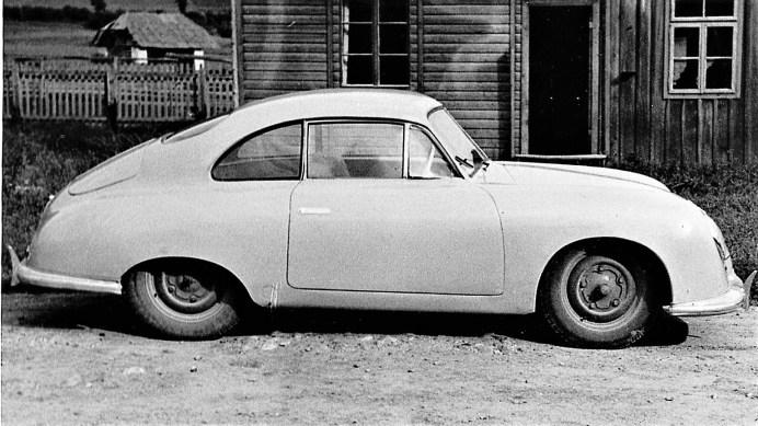 Das Porsche 356 Coupé auf dem Porsche-Werksgelände in Gmünd, 1948. © Porsche