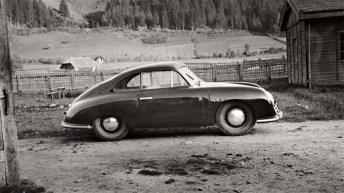 Porsche 356 auf dem Porsche-Werksgelände in Gmünd, 1948. © Porsche