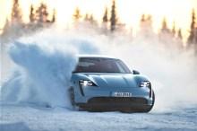Wirbelt jede Menge Schnee auf: der Taycan 4S bei Testfahrten in Lappland. © Porsche
