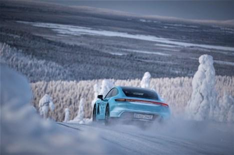 Ein bisschen Elfer, ein bisschen Panamera: der Taycan von hinten. © Porsche