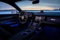 Nüchtern und futuristisch sieht es im Innenraum des Taycan aus. Für den Beifahrer gibt es einen eigenen Bildschirm. © Porsche