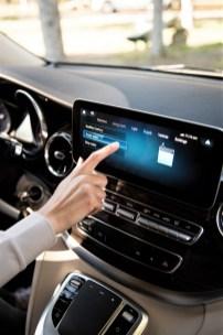Der neue Mercedes-Benz Marco Polo jetzt mit MBUX und MBAC – Interieur, Leder Lugano seidenbeige, Zierelement in Holzoptik Ebenholz, Küchenzeile, Drehbare Fahrersitze, Zweiersitz/Liegebank, Dachbett. Foto: Auto-Medienportal.Net/Daimler