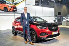 CEO Michael Lohscheller mit dem Grandland X Plug-in-Hybrid © Opel