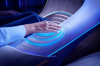 Die Passagiere sind mit ihrem ergonomischen Fahrzeug über die Sinne verschmolzen und können verschiedene intuitive Funktionen über Projektionen auf der Handfläche nutzen. Durch Handauflegen wird die Vision AVTR in Betrieb genommen. © Daimler