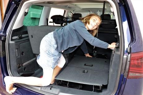 Laila demonstriert, dass sich die hinteren Sitze kinderleicht verstauen lassen. © Natalie Frank