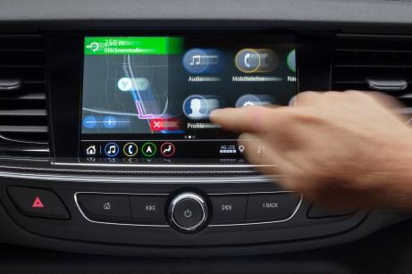 Gewohnte Bedienung: Die Nutzer können die neuen Opel-Infotainment-Systeme wie beim Smartphone per Zoom-Funktion und fließendem Scrolling steuern. © Opel