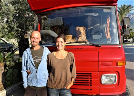 """Sendung """"Mein Zuhause hat vier Räder – Im Wohnmobil durch Europa"""": Nima Ashoff und Steve Meßmer in Griechenland vor ihrem Wohnmobil.Foto: Auto-Medienportal.Net/SWR"""