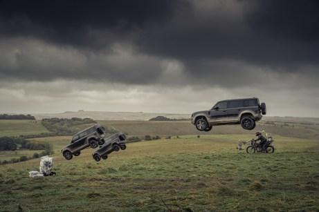Eindrucksvoller Auftritt: Drei Defender pflügen durch die Luft. © Jaguar Land Rover