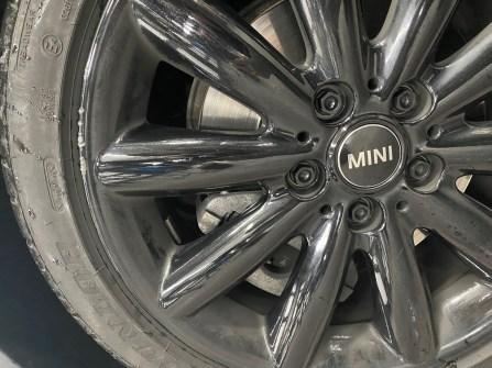 Mini-Schaden: Einmal nicht aufgepasst - und schon rutscht das Auto mit den Rädern am Bordstein entlang. Zurück bleiben hässliche Kratzer. © Lackzauber GmbH