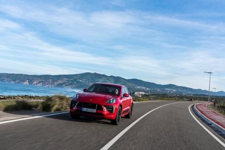 Fahrdynamisch ein echter Porsche: Der Macan GTS ist schon serienmäßig um 15 Millimeter tiefergelegt, mit der optionalen Luftfederung geht es noch mal um zehn Millimeter tiefer. © Porsche