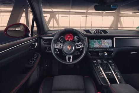 Großer Infotainment Bildschirm, viel zu viele Schalter auf beiden Seiten der Mittelkonsole. Man kann davon ausgehen, dass hier bei der nächsten Macan-Generation aufgeräumt wird. © Porsche