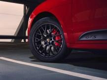 Auffällig sind die 20 Zoll großen RS Spyder Design-Räder. Sie sind schwarz und so ist auch das durchgehende Farbmotto. © Porsche