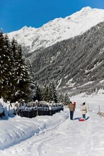 Wer keine Skier anschnallen mag, der kann die Bergwelt zu Fuß erwandern. © Hotel Schneeberg