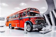 Mercedes-Benz Omnibus LO 1112 aus dem Jahr 1969, farbenfroh lackiert für den Einsatz in Buenos Aires. Exponat der Dauerausstellung im Mercedes-Benz Museum, Raum Collection 1 – Galerie der Reisen. © Mercedes-Benz
