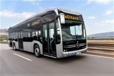 Mercedes-Benz eCitaro mit vollelektrischem Antrieb, Exterieur, anthrazit metallic, 2 x elektrischer Radnabenmotor, 2 x 125 kW, 2 x 485 Nm, LED-Scheinwerfer, Länge/Breite/Höhe: 12.135/2.550/3.400mm, Beförderungskapazität: 1/80. © Mercedes-Benz