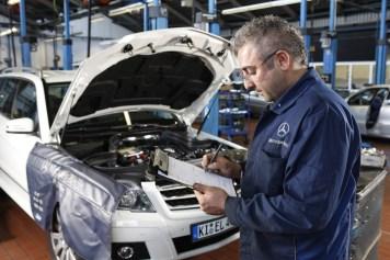 Service in einer Mercedes-Benz-Werkstatt. Foto: Auto-Medienportal.Net/Daimler