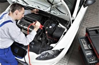 Überprüfung einer Autobatterie in der Werkstatt. Foto: Auto-Medienportal.Net/ProMotor