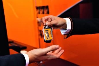 Schlüsselübergabe für einen Mietwagen. Foto: Auto-Medienportal.Net/Sixt