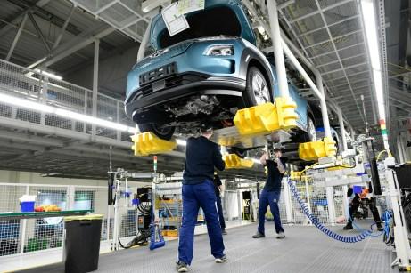 Lebensstart als Elektroauto: Die Batterie wird von unten in den Kona eingebaut. © Hyundai
