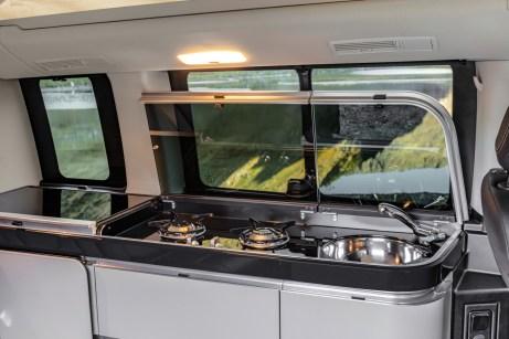 Die Küchenzeile besteht aus Spüle, Zwei-Flammen-Gaskocher und einem Kühlschrank. Edel ist die Klavierlack-Optik. © Daimler
