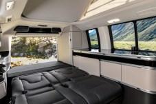 Einfach die Sitze umklappen, und das funktioniert sogar elektrisch, schon hat man eine ebene Liegefläche für das Bett. © Daimler