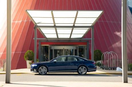 Gentleman im dunkelblauen Anzug: Der Audi S8 kann mehr als nur angemessen repräsentieren. © Audi