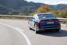 Pendeltechnik: Ansatzweise ist zu erkennen, wie sich der S8 nach innen in die Kurve neigt. © Audi