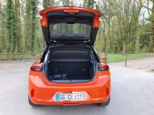 Platz gibt es im Stromer für großes Gepäck. Das E auf dem Nummernschild steht für Elektroauto. © Jutta Bernhard / mid