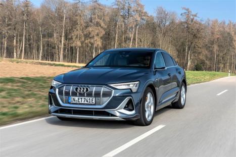 Mit dem achteckigen Singleframe, den starken Konturen über den Rädern und dem plastisch geformten Heck reiht sich der Audi e-tron Sportback in die Formensprache der Marke ein. © Audi