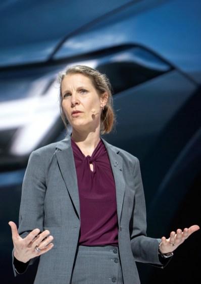 """""""Wir glauben, dass ein Autohersteller die Verantwortung hat, zur Verbesserung der Verkehrssicherheit beizutragen"""", erklärt Malin Ekholm, Leiterin des Volvo Cars Safety Centre in Göteborg."""
