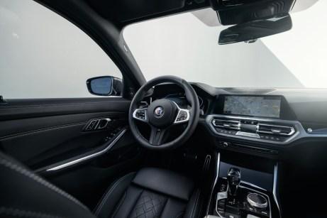Dezent, aber edel werden Cockpit und Innenraum bei Alpina in Buchloe veredelt. Auf Wunsch auch individuell. © Alpina