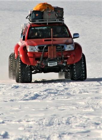 Arctic Trucks, der isländische Toyota-4x4-Spezialist für spektakuläre Umbauten, präparierte den robusten Hilux für alle Abenteuer, die Antarktika bereithält und die früheren Expeditionen nicht selten zum Verhängnis geworden waren. © Toyota