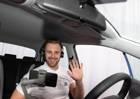 Virtuelle Realität: Der Hyundai-Mitarbeiter führt den Kunden auch ins Fahrzeug hinein. © Hyundai